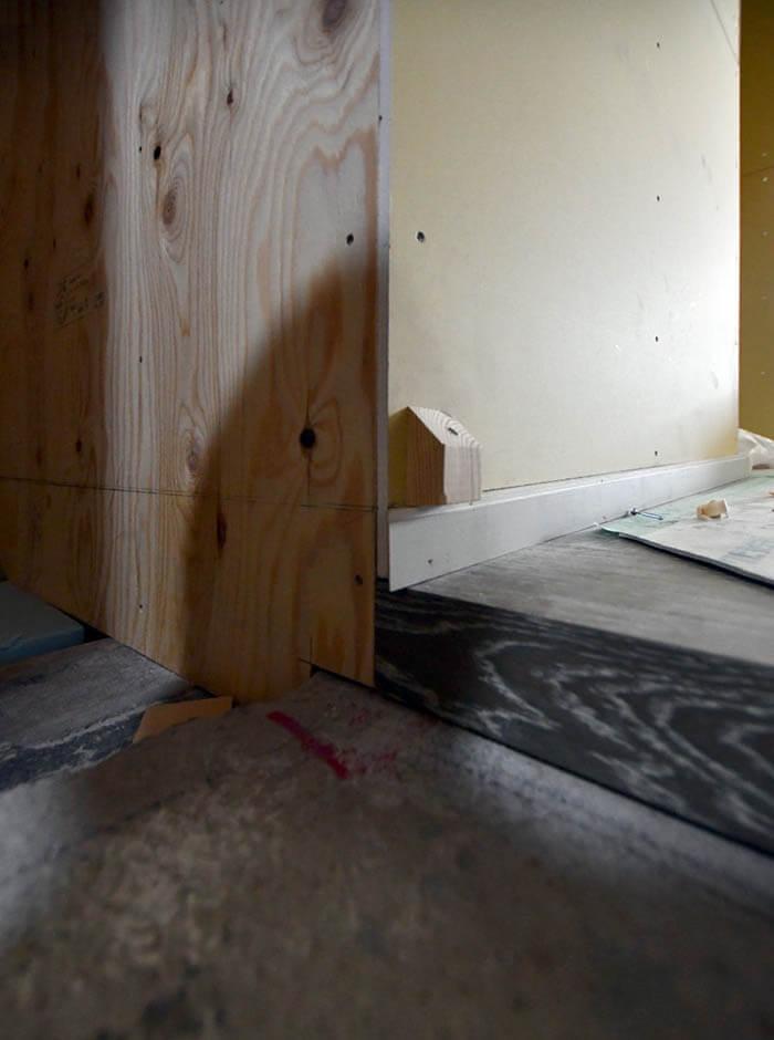 フローリング材を折り曲げての玄関框造作