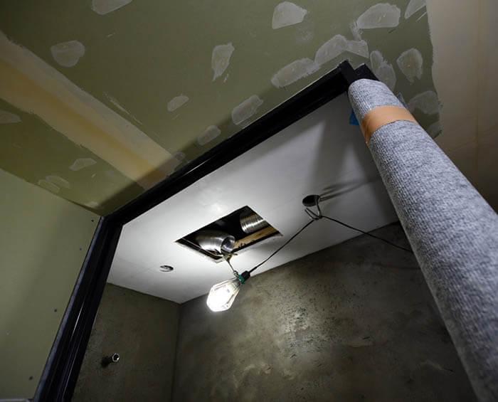 天井をエクセルジョイントで仕上げたシャワーブース
