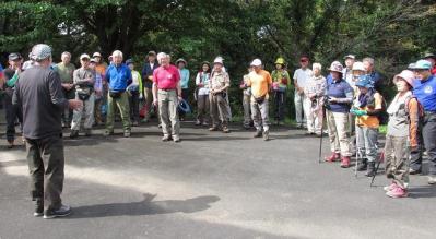 仏母寺駐車場で県連合同キックオフ、 各会紹介の後、約50名で鬼泪山に登りました。