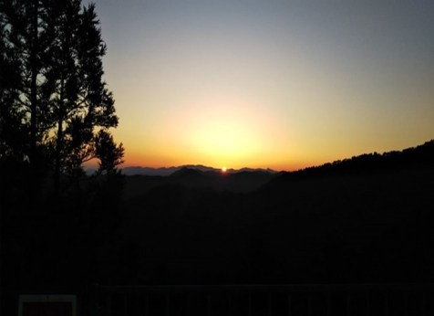こまタワー道の駅から見た伯母子岳方面から登る朝日