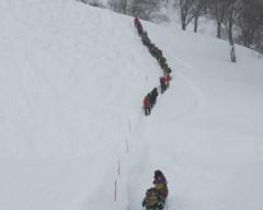 雪道を順番に登る