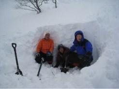 雪洞掘り体験 結構疲れる A班
