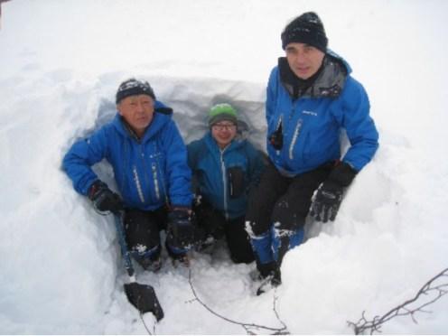 なんとか雪洞が掘れた B班