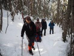引き締まった雪の上をアイゼンを効かせて歩く