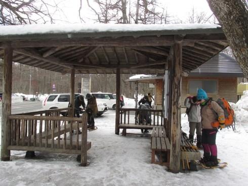茶屋前の小屋で支度