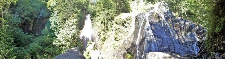 三本滝(水源の異なる滝が合流)
