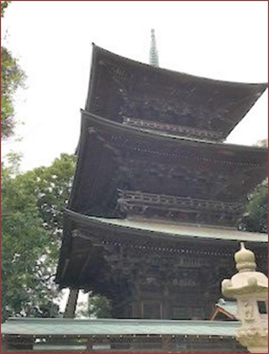 薬王院の三重塔