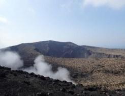 噴火口と立ち上る湯気