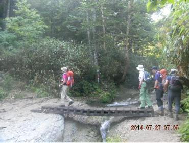 一之瀬寄りの登山道をアライタ沢を渡る