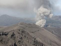 1.5km先の中岳火口の噴煙