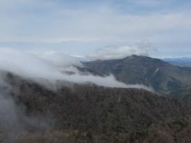 剣山頂上のみガスがかかっている