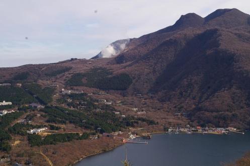 芦ノ湖、噴煙を上げる箱根山