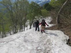残雪の斜面を登る