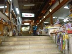 両側がお店の階段を登る