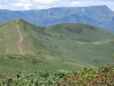 平標山の向こうに苗場山