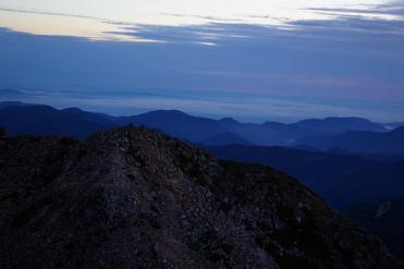 薄暗い中、御前峰を登る