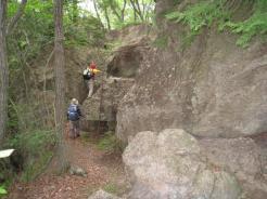 岩に梯子がある。