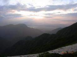 朝日が雲の中から輝く