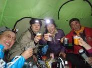 テントの中で乾杯