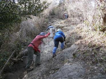 伊予ケ岳の登り、ロープを時々使って