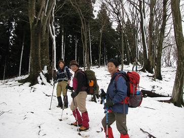 辺室山への道 高度を上げるとだんだん雪が増えた。