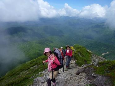 後方にニペソツ岳と天狗岳を望む
