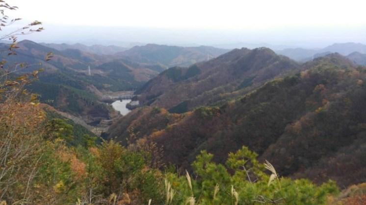 紅葉の山に松田湖が映える