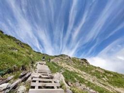 青空に白筋雲を背景に迫力を増す小至仏山
