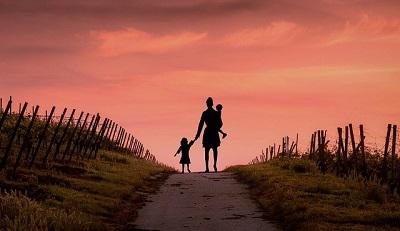 子供と母親の悲しげな写真
