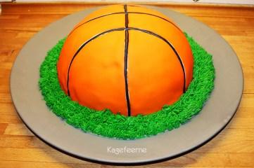 Chokoladekage forklædt som basketball
