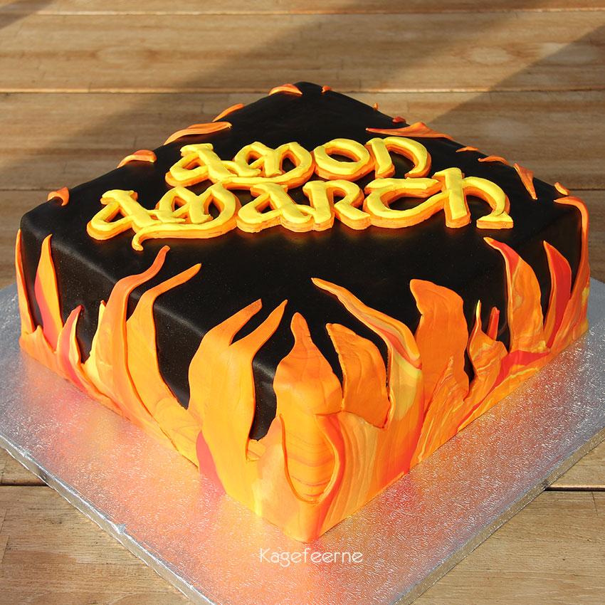 Sort Amon Amarch kage med logo og flammer forfra