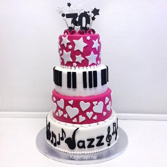 70 års fødselsdagskage med saxofon og tangenter, stjerner og hjerter