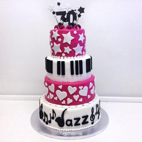 70 års jazz kage med saxofon og tangenter, stjerner og hjerter