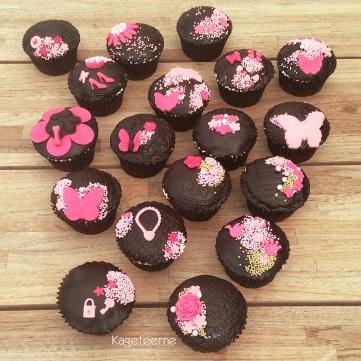 Karamel cupcakes i brun og pink med Oreo surprice