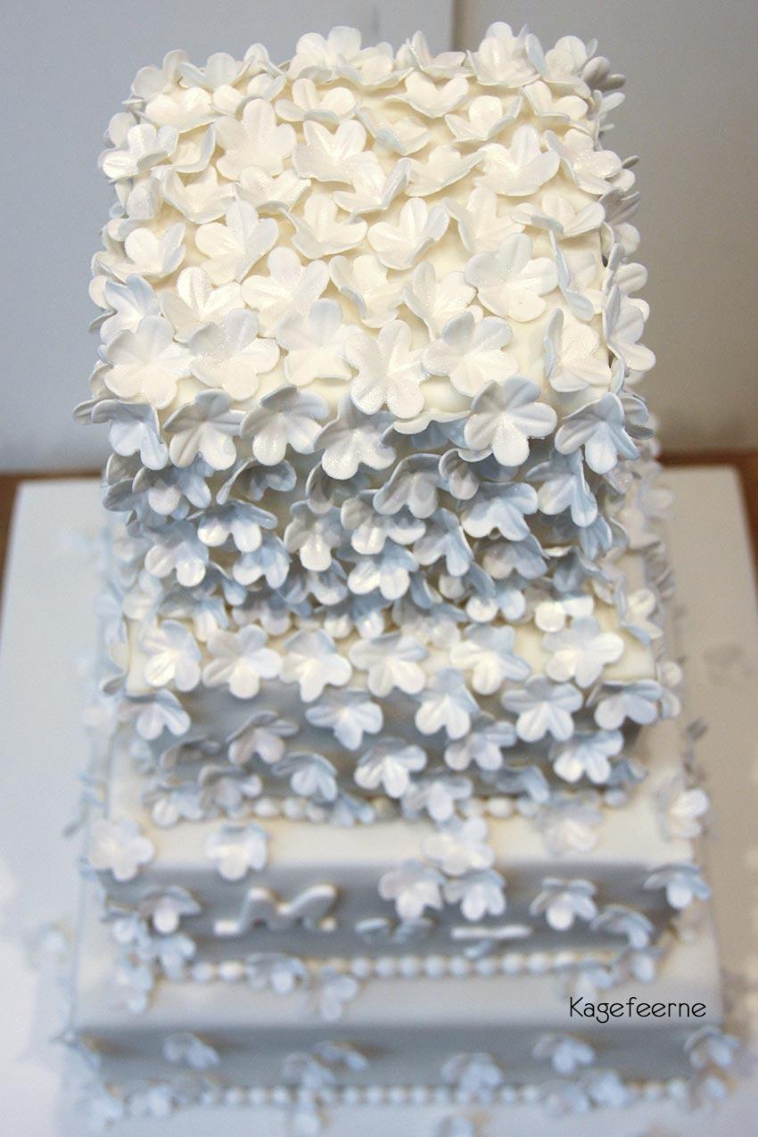 Hvid bryllupskage med små blomster