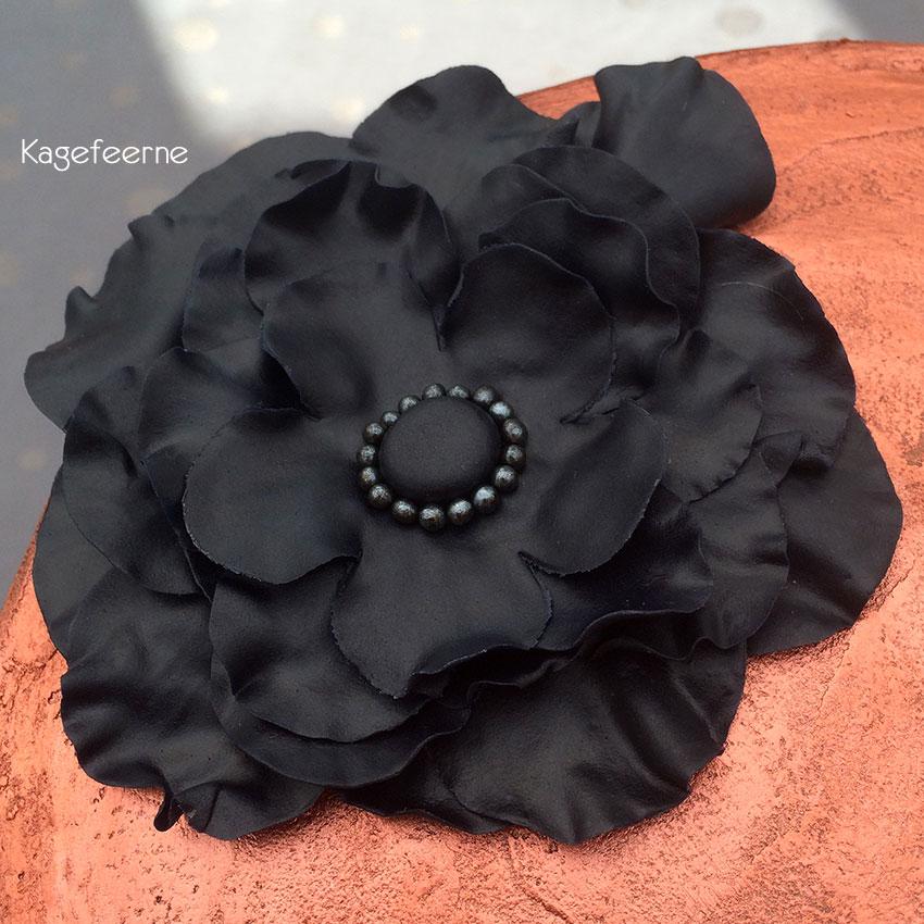 Sort fondant blomst på bronzefarvet lagkage