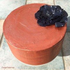 Rustik bronzefarvet stikkelsbær lagkage med sort blomst
