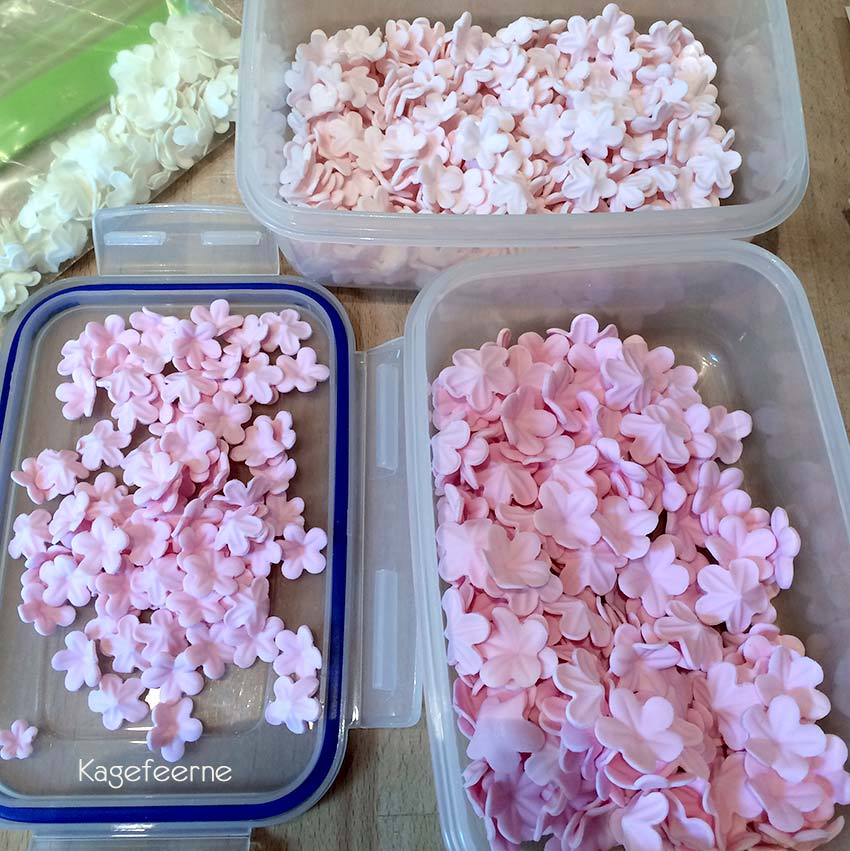 Lyserøde mini fondant blomster til konfirmationskage