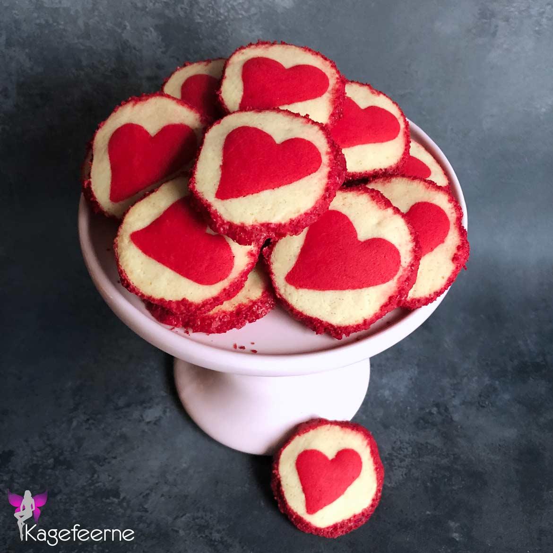 Valentine cookies med rødt hjerte og sukkerkant