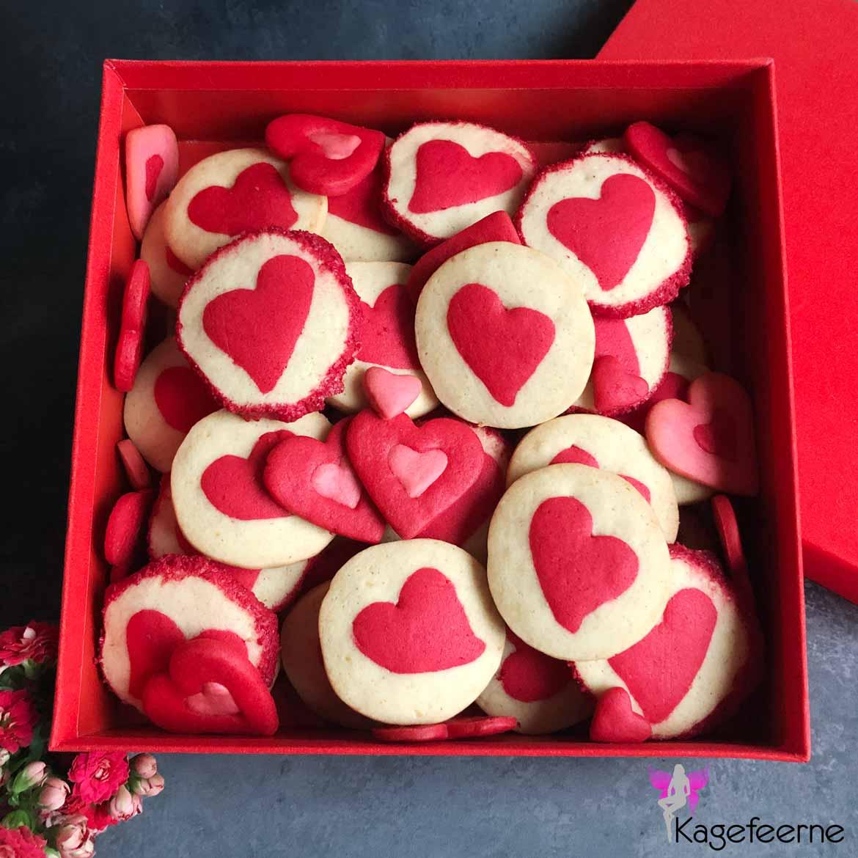 Valentine cookies med røde hjerter