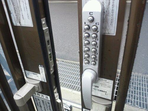 姫路市で工場門扉キーレックス引き戸用の鍵修理 20120302