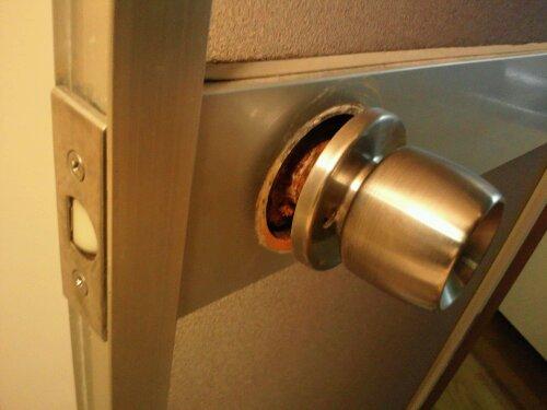 加古川市でお風呂場の鍵交換 ドアノブが錆びてます 20120324