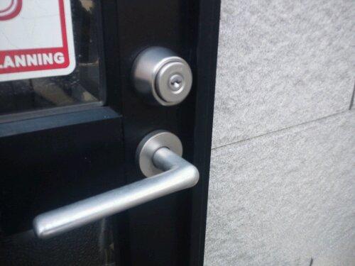 福崎町で店舗通用口の鍵交換 ミワU9 20120402