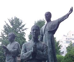 ザビエル公園のベルナルド像(右は聖ザビエル、左はヤジロウ)