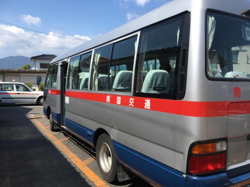バスは毎回居るわけではありませんので、事前に時刻表を確認しといた方が良いです。しかしバスが一番安いです。イオンタウン姶良西口の入り口の前に着きます。 2バス停でイオンタウン姶良前です。コミュニティーバスと南国交通があります。