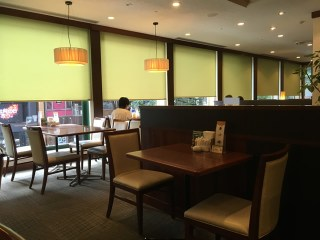 ロイヤルホストはランクの上のファミリーレストランというイメージが多いと思いますが、ほんと美味しいレストランというイメージですね。先日、渋谷の道玄坂にあるロイヤルホストに行ったんです。道玄坂沿いに窓があり、とても開放的なさわやかな店舗でした。ドリンクバーがる店とない店があるんですね。