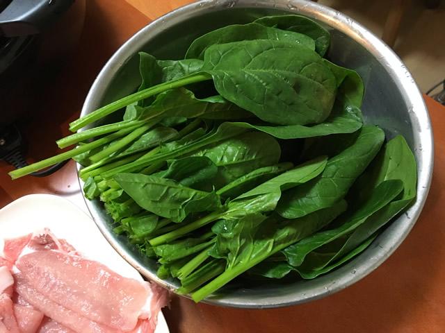 鹿児島のしゃぶしゃぶは、牛肉ではなくて豚のしゃぶしゃぶです。宮崎もそうなのでしょうか。九州の他県で豚しゃぶの地域もあるのかもしれませんが、あまりわかりません。そもそも九州を出るまでは「しゃぶしゃぶ=豚肉」とおもっており、しゃぶしゃぶは牛肉を使うということを知った時には衝撃的でした笑  ちなみに、いまだに牛しゃぶは食べたことがありません^^。  さて、本題のしゃぶしゃぶの具にほうれん草は抜群にGood!という内容ですが、これは我が家では最近始めました。しゃぶしゃぶのタレは、そばつゆです。この豚しゃぶにほうれん草+そばつゆという組み合わせは、鹿児島の「いちにぃさん」が始めたのではないかと記憶をしております。東京にも3店舗ありますよ!  この豚の「しゃぶしゃぶ+ほうれん草しゃぶしゃぶ+そばつゆ」の組み合わせが最高に美味しいのです。ほうれん草は、早めに火は通るのですが、きっちりと火を通します。生でもたべるこもできますが、きっちりと火を通すことがポイントです。    これが美味しくて美味しくて、1人1袋はぺろっと行きます。ほうれん草はしゃぶしゃぶ以外では、1袋食べるのは、中々難しいと思いますが、本当にペロッと行けてしまうんです!子どもさんとかにも、これはとてもオススメ。  1回しゃぶしゃぶにほうれん草入れて見て下さい!
