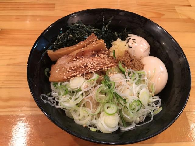 油そば・台湾まぜそば・ラーメン 奈良県に本店がある麺屋やまひで。もともとは旨辛太麺の台湾まぜそばのお店ですが、普通のらーめんと油そばも置いています。個人的には、いわゆる都会の方で食べる油そばという感覚では、ここが抜群に1番美味しいです。醤油のきっちりとしたタレがとても美味しくて、味の深さにこだわりを感じます。ここでの台湾まぜそばは食べたことはないのですが、相当美味しいと安易に想像できます。