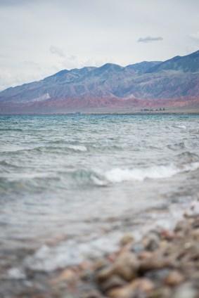 目の前には湖が。右奥の山肌の色がとても美しい。