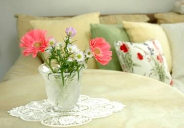 インテリアに花を取り入れてリビングを癒しの空間に!